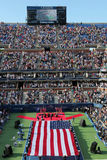 V.S. Marine Corps die Amerikaanse Vlag de unfurling tijdens de openingsceremonie van US Open 2014 vrouwendef. Royalty-vrije Stock Afbeeldingen