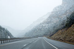 V.S. sneeuwende I 15 de tusen staten sneeuwden weg in Nevada Stock Foto's