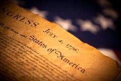 V.S.- Verklaring van Onafhankelijkheid op vlagachtergrond stock foto
