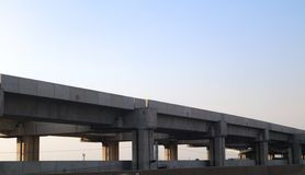V?a y estaci?n modernas de alta velocidad de la construcci?n del tren para la tranportaci?n en masa Bangkok Tailandia fotografía de archivo