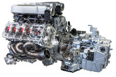 V10 motor met transmissie op wit wordt geïsoleerd dat Royalty-vrije Stock Afbeeldingen
