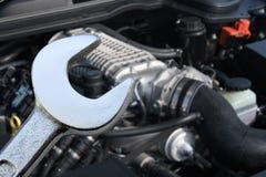 V8 sobrealimentó el motor y a la llave inglesa de coche Imagen de archivo