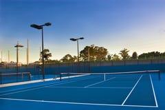 va au devant du tennis de coucher du soleil Image stock