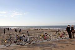 Va in bicicletta bloccato alle inferriate, Ostenda, Belgio Immagini Stock