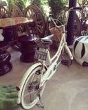 Va in bicicletta il bianco fotografia stock