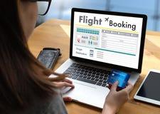 VA el concepto en línea del libro de boleto del aire de la reservación del vuelo imagen de archivo libre de regalías