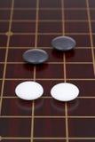Va el juego que juega en goban de madera oscuro Imagenes de archivo