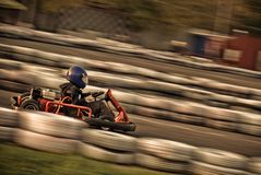 Va el kart que compite con en el circuito (borroso!) Fotos de archivo