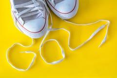 Va, el mensaje en cordón con las zapatillas de deporte fotos de archivo