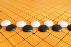 Va il gioco o il gioco da tavolo di cinese di Weiqi Immagine Stock
