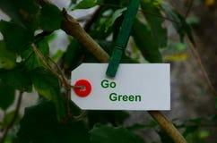 Va il verde, tenuta della carta da una molletta da bucato nella natura Fotografie Stock