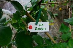 Va il verde, tenuta della carta da una molletta da bucato nella natura Fotografia Stock Libera da Diritti