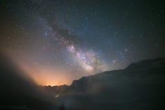 Vía láctea idílica con las nubes y la niebla en las montañas Fotos de archivo