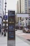 8va placa de calle de la avenida y bokeh de la ciudad en Manhattan Fotografía de archivo