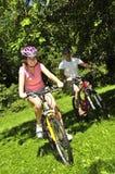 va à vélo l'équitation de famille Photographie stock libre de droits