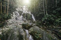 vaag beeld groen bos met zonlichteffect mooie tropische waterfal royalty-vrije stock fotografie