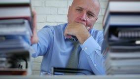 Vaag beeld met droevige zakenman in boekhoudingsbureau stock footage