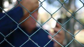 Vaag Beeld met Mensen binnen van de Lezingscellphone van het Beschermingsgebied het Slechte Bericht stock video