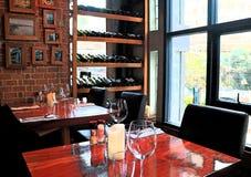 Vaag beeld van bakstenen en houten binnenlands en door de vensterplaatsing in een restaurant Stock Foto's