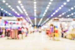 vaag beeld van winkelcomplex en mensen voor achtergrondgebruik Royalty-vrije Stock Fotografie