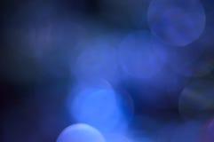 Vaag, bokeh blauwe lichtenachtergrond. Abstracte fonkelingen Royalty-vrije Stock Foto