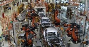 Vaag gebouw van lopende bandproductie van auto's Defocusedbeeld van autofabriek stock video