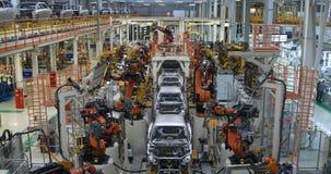Vaag gebouw van lopende bandproductie van auto's Defocusedbeeld van autofabriek stock videobeelden