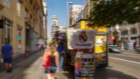 Vaag 4k beeld van toerist het lopen stock footage