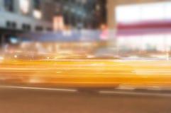 Vaag in lichten van de motie de gele auto stock afbeeldingen