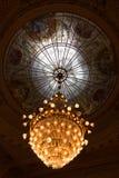Vaag Lit-Renaissancestijl Crystal Chandelier met de Koepel van het Vensterglas stock afbeelding