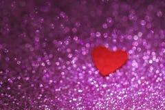 Vaag rood gevoeld hart op de fonkelende ultavioletachtergrond Huwelijk en Valentine Day-prentbriefkaarconcept Royalty-vrije Stock Afbeeldingen