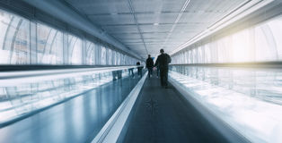Vaag skywalk met Forenzen Stock Afbeelding