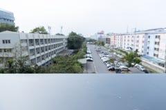 Vaag van auto op openluchtparkeerterrein met zwart balkon voor vertoning of ontwerpproduct stock afbeelding