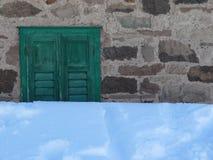 Vaak behandelt een deken van sneeuw een venster royalty-vrije stock afbeelding