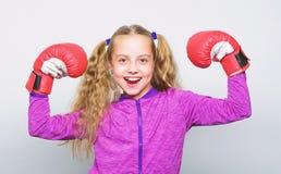 Vaardigheid van succesvolle leider Meisjes leuk kind met rode handschoenen die op witte achtergrond stellen Opvoeding voor leider stock afbeeldingen