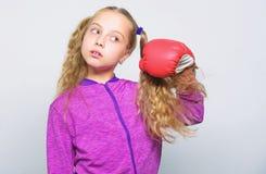 Vaardigheid van succesvolle leider Meisjes leuk kind met rode handschoenen die op witte achtergrond stellen Sportopvoeding voor l royalty-vrije stock afbeelding