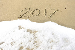 Vaarwel 2016 hello 2017 inschrijving in het strandzand dat wordt geschreven Royalty-vrije Stock Fotografie