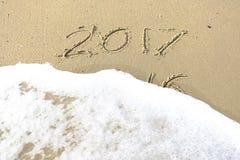Vaarwel 2016 hello 2017 inschrijving in het strandzand dat wordt geschreven Stock Afbeeldingen