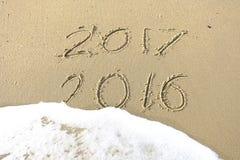 Vaarwel 2016 hello 2017 inschrijving in het strandzand dat wordt geschreven Stock Foto's
