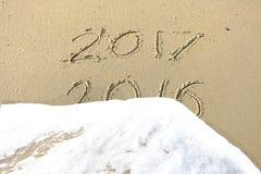 Vaarwel 2016 hello 2017 inschrijving in het strandzand dat wordt geschreven Royalty-vrije Stock Foto