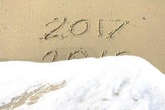 Vaarwel 2016 hello 2017 inschrijving in het strandzand dat wordt geschreven Stock Fotografie