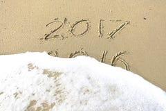 Vaarwel 2016 hello 2017 inschrijving in het strandzand dat wordt geschreven Royalty-vrije Stock Afbeeldingen