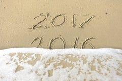 Vaarwel 2016 hello 2017 inschrijving in het strandzand dat wordt geschreven Stock Foto