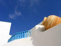 Vaas die in vergoelijkte muur wordt geplaatst. Santorini, Griekenland Royalty-vrije Stock Foto's