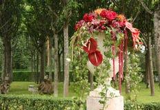 Vaas met bloemen in de tuin Stock Foto's