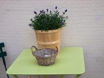Vaas met bloemen op de lijst Royalty-vrije Stock Fotografie