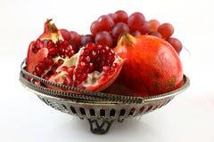 Vaas met granaatappels en druiven Royalty-vrije Stock Fotografie