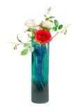 Vaas met kunstmatige rozen Stock Afbeeldingen