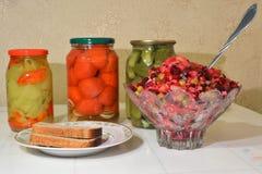Vaas met vinaigrette, een plaat met brood, eigengemaakte groenten in het zuur Royalty-vrije Stock Foto's