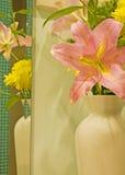 Vaas van bloemen die in spiegel worden weerspiegeld Royalty-vrije Stock Afbeelding